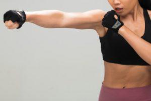 fitness-mulher-exercicio-boxe-peso-soco_121764-276