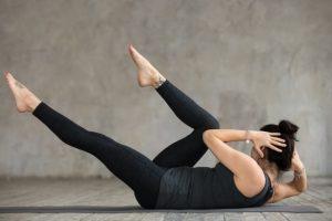 jovem-mulher-desportiva-fazendo-exercicio-cruzado_1163-5080